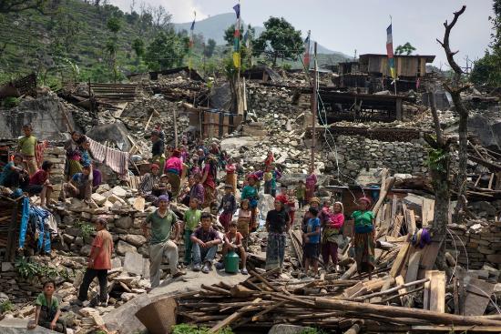 2015년 5월 7일, 네팔 고르카 지역 툼 계곡,지진으로 파괴된 마을에서 네팔 주민들이 돌 계단에 앉아 있다. ©Brian Sokol/Panos
