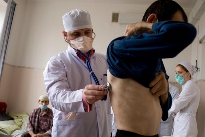 국경없는의사회 의사가 그로즈니 결핵 진료소에서 환자를 진료하고 있다. ⓒ Lana Abramova
