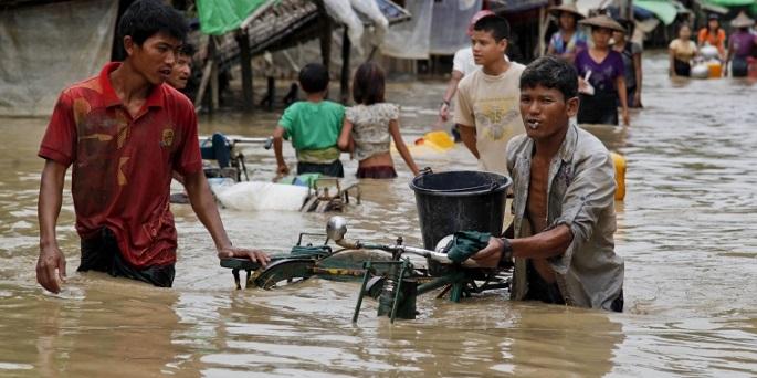 8월 2일, 라카인 주의 민 비아(Min Pyar) 지역에서 사람들이 소지품을 들고 물에 잠긴 거리를 지나가고 있다. ©EPA/Nyunt Win