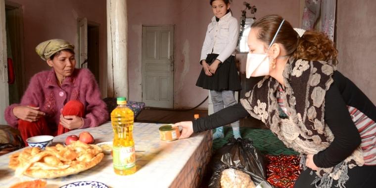 우즈베키스탄의 한 가정집에서 국경없는의사회 직원이 방문 치료를 받는 다제내성 결핵 환자에게 식료품을 전달하고 있다. ©MSF