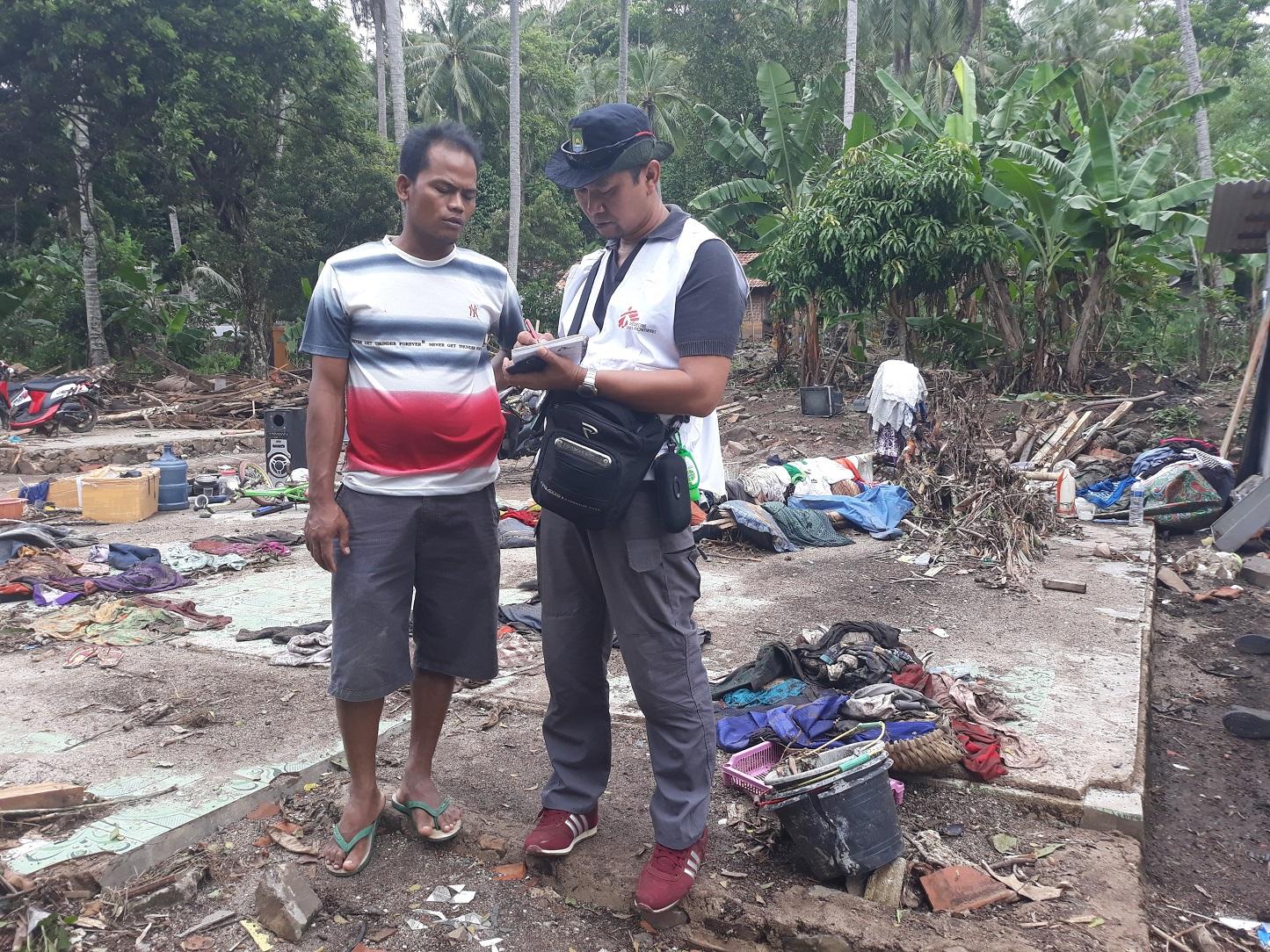 국경없는의사회 스태프가 파님방 지역 주민과 면담하고 있다. ⓒDirna Mayasari/MSF