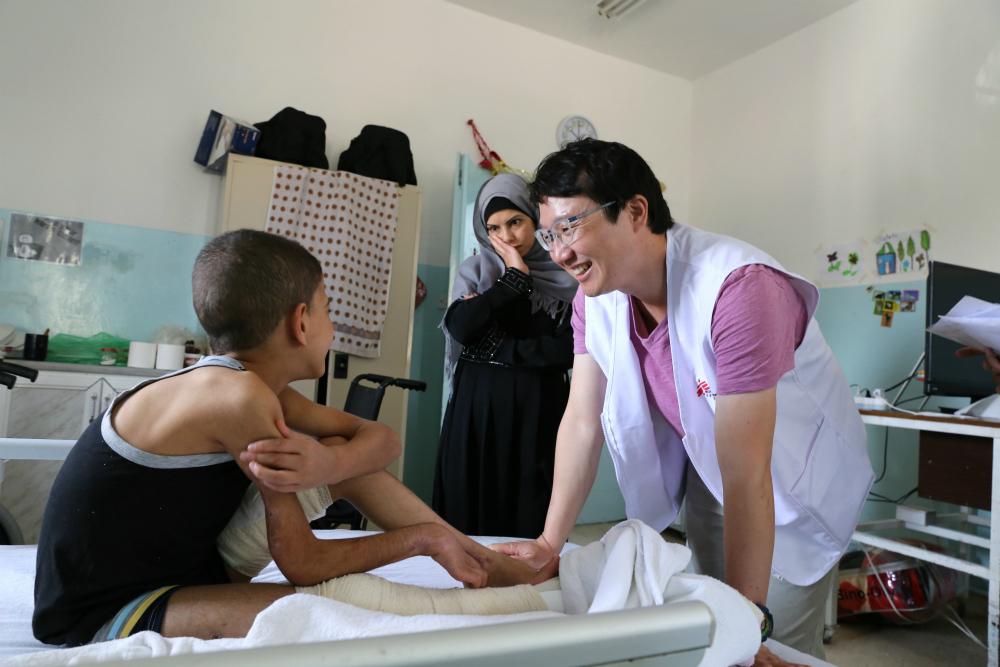 다리 부상을 입은 시리아 소년의 회복 과정을 확인하고 있다. © Joosarang Lee/MSF
