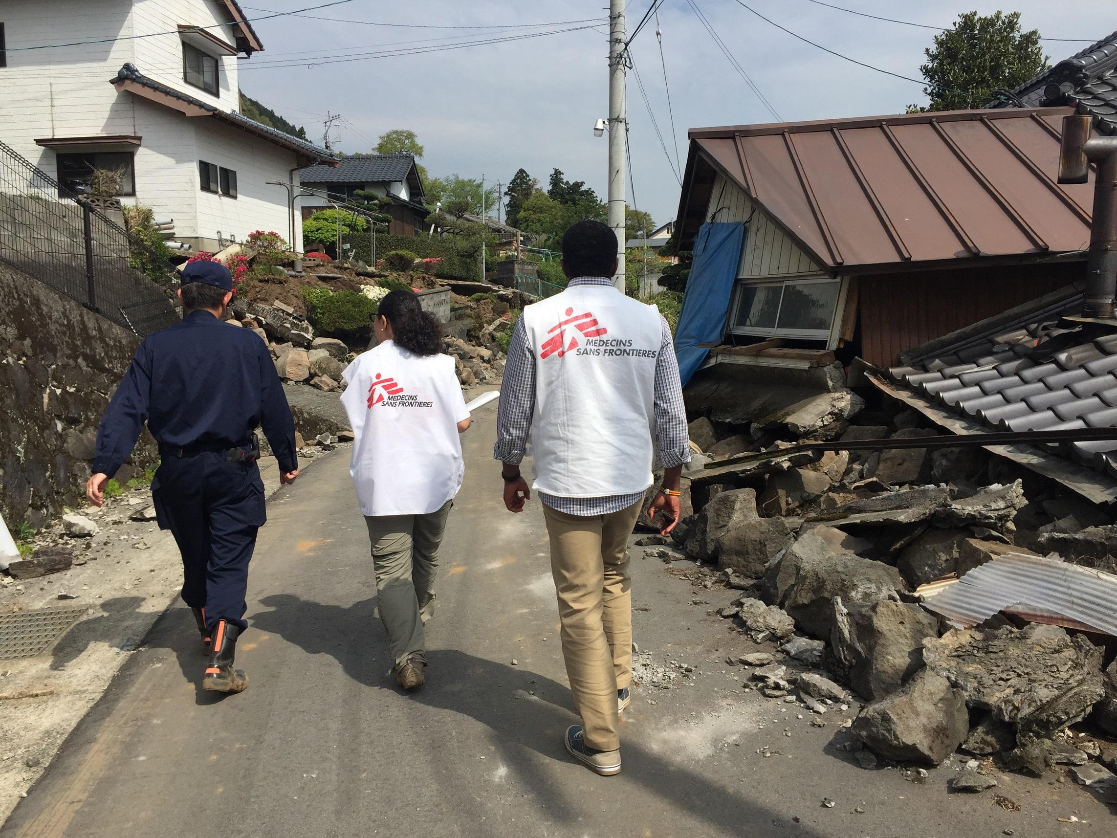 국경없는의사회 팀이 구마모토 현 미나미-아소 마을 내 타테노에서 현지 상황을 살펴보고 있다. © Yuna Cho/MSF