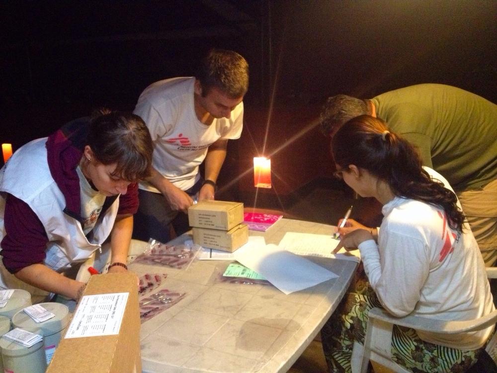 국경없는의사회 팀이 다음날 이동진료소에서 쓸 약품을 준비하고 있다. ©MSF