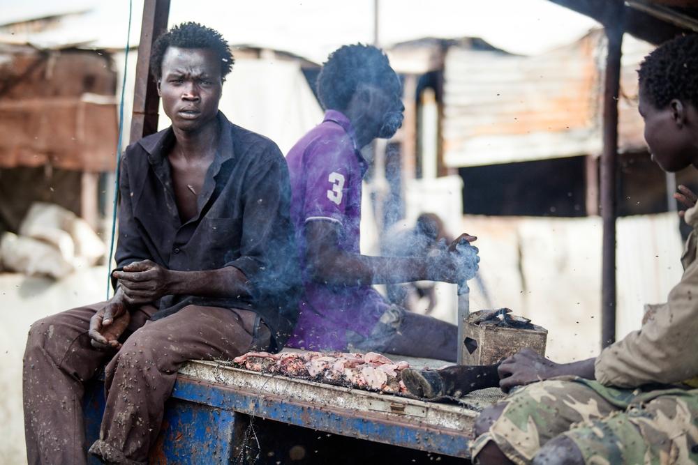 남수단 말라칼 민간인 보호 구역 내 시장에서 고기를 파는 남성 ⓒ Albert Gonzalez Farran/MSF