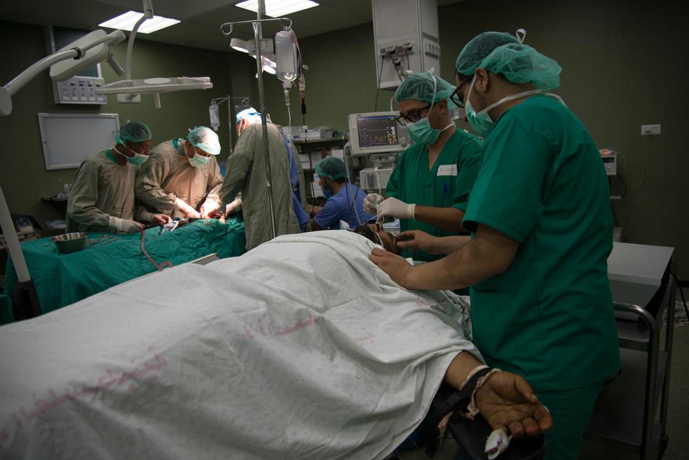 가자 지구의 알-아크사 병원 수술실에서 두 환자가 동시에 수술을 받고 있다. ⓒAurelie Baumel