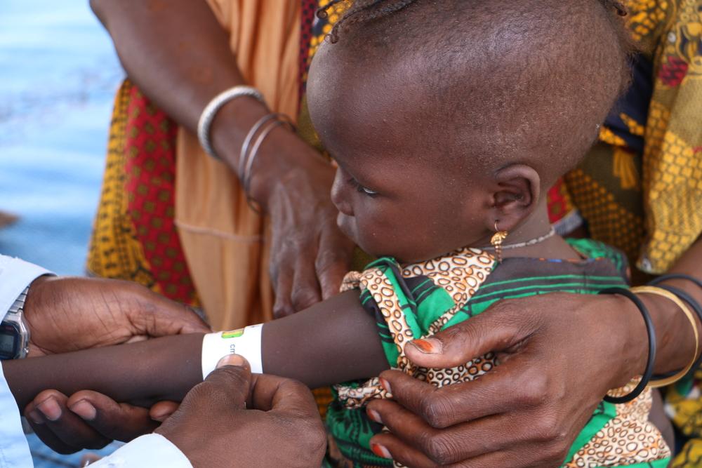 차드 쿨키메에서 국경없는의사회 이동 진료팀이 한 아동의 영양실조 검사를 하고 있다. ⓑMSF