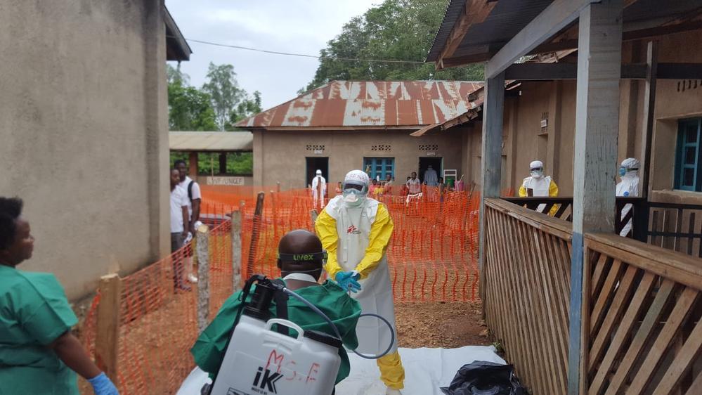 올바른 위생 및 감염 통제 프로토콜을 실시하는 에볼라 대응 의료진 ©Sylvie Michaud/MSF