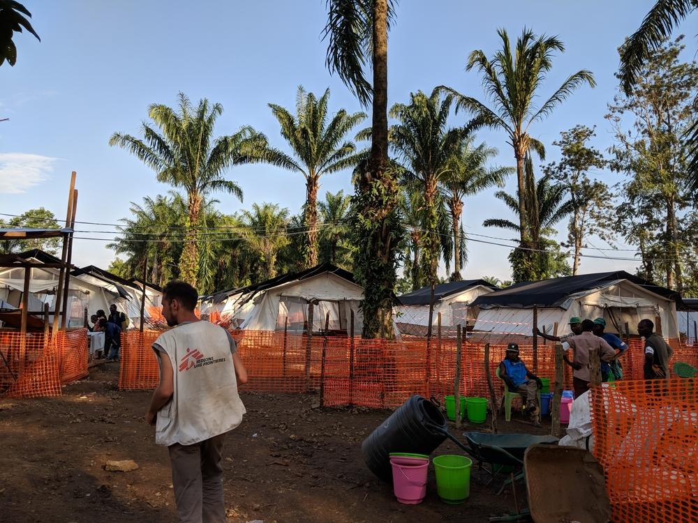 에볼라 발병의 근원지인 망기나에 치료센터를 짓는 모습 ©Karin Huster/MSF