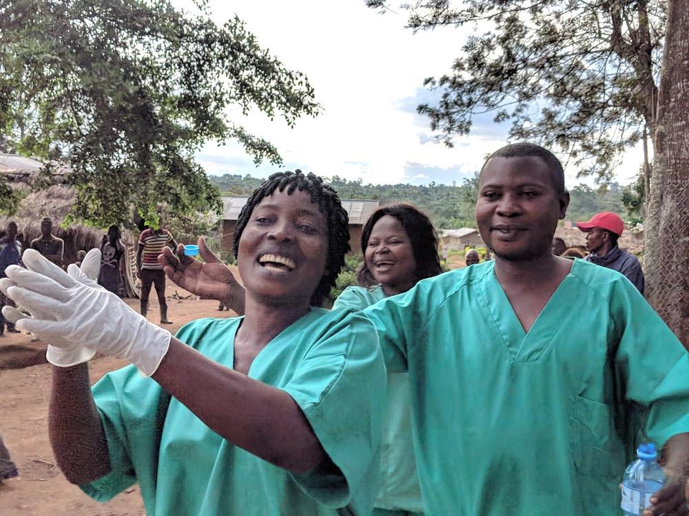 완치 후 치료센터를 나오는 환자의 모습 ©Karin Huster/MSF