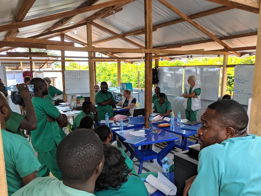 근무 시간을 교대하면서 서로 정보를 교환하는 에볼라 치료센터 직원 ©Karin Huster/MSF