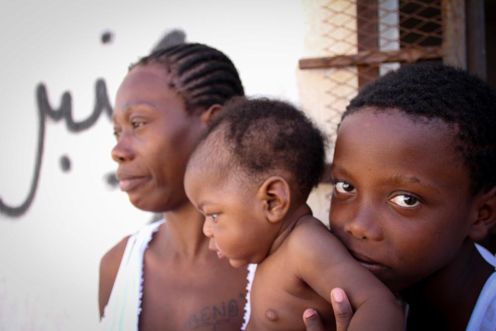 엄마와 10살 형과 함께 구금센터에 있는 어린 아동. 이 아동은 구금센터에서 태어나 이제 생후 9개월이 되었다. ⓒSara Creta/MSF