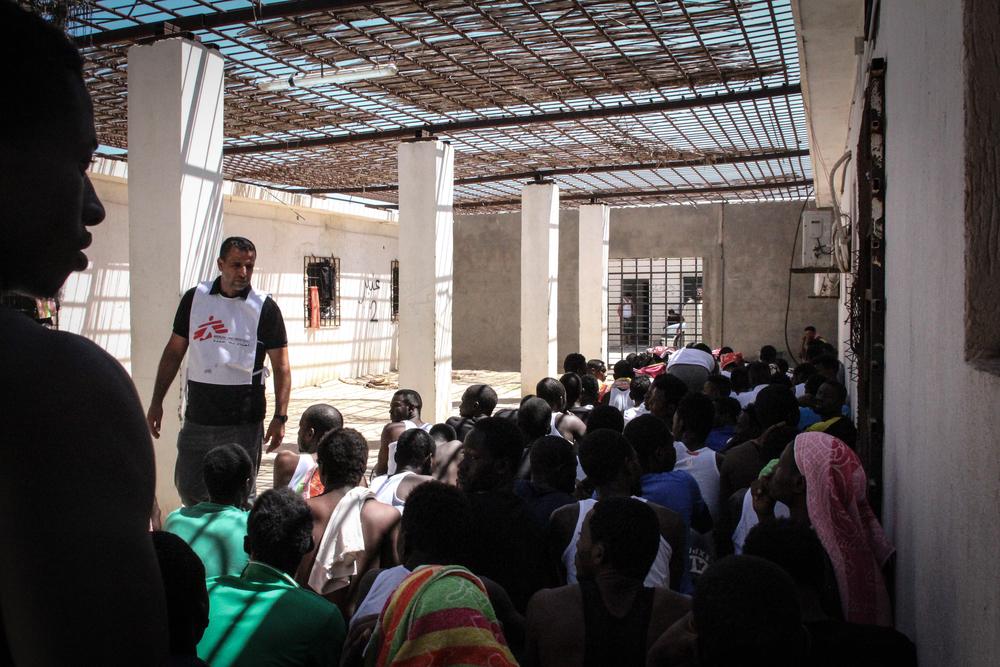 국경없는의사회 팀이 구금센터에 있는 난민, 이주민에게 신선한 과일을 제공하고 있다. ⓒSara Creta/MSF