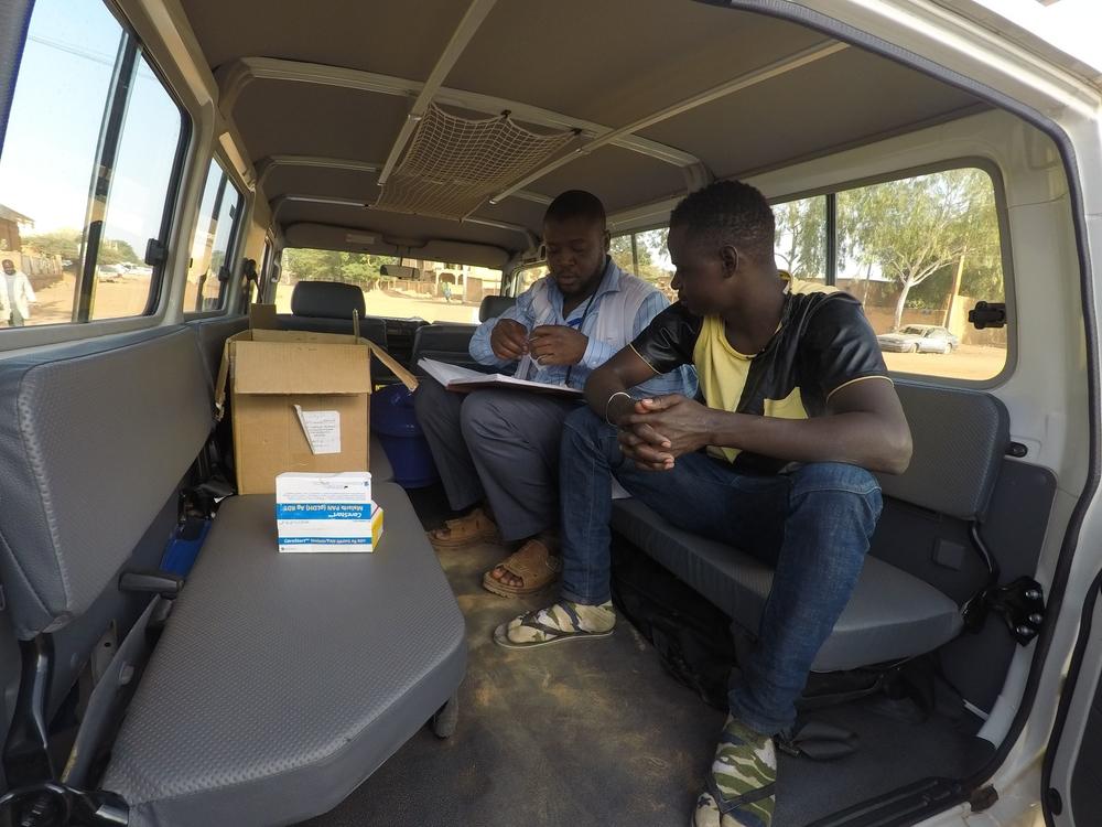 이주민들이 모여 있는 곳을 방문한 국경없는의사회 이동 진료소 안에서 진료가 이루어지고 있다. ⓒAnna Fliflet/MSF