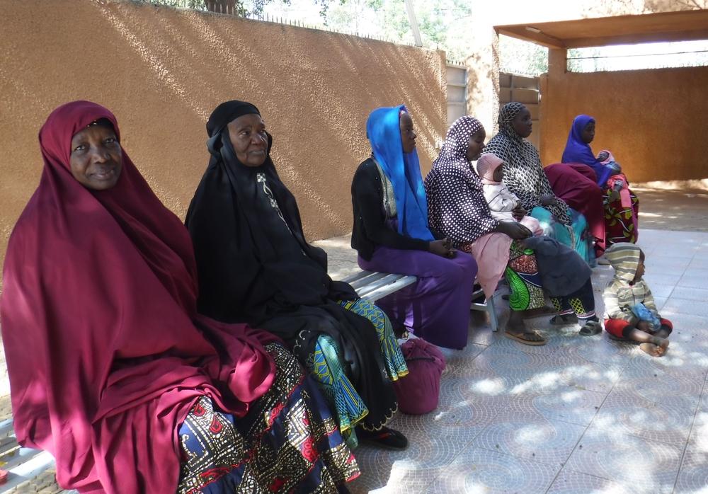 니아메의 와다타 지역에서 진료를 기다리는 환자들 ⓒAnna Fliflet/MSF