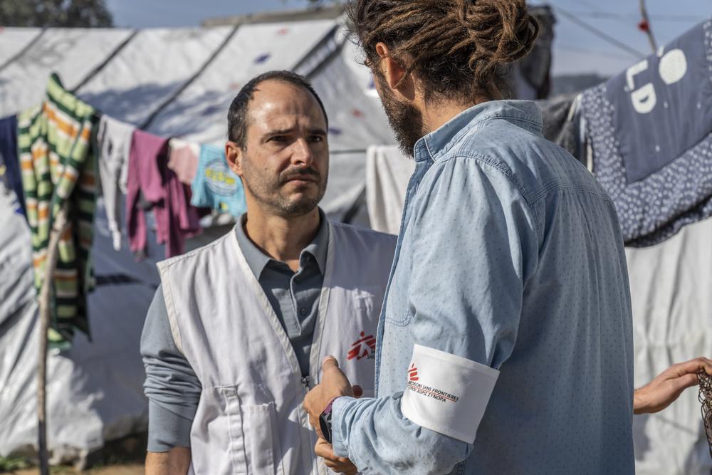 크리스토스 크리스토우(Christos Christou) 국경없는의사회 국제 회장이 그리스 레스보스섬을 방문해 망명신청자의 실태에 대해 듣고 있다 ⓒAnna Pantelia/MSF