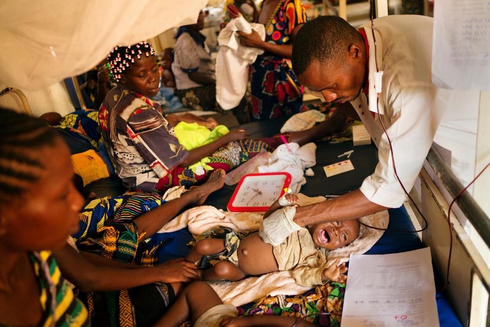 국경없는의사회가 지원하고 있는 콩고민주공화국 발라카 지역의 협력병원, 2013년에 비해 거의 환자가 2배로 늘어나 2014년 이 지역에서 치료를 받은 환자 수는 89,776명에 달한다.