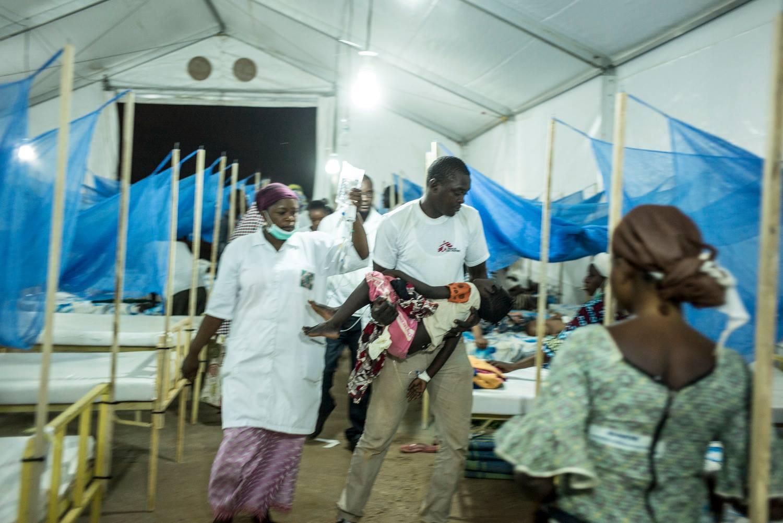 뇌수막염에 감염된 환자를 국경없는의사회 직원이 이송하고 있다. ©MSF
