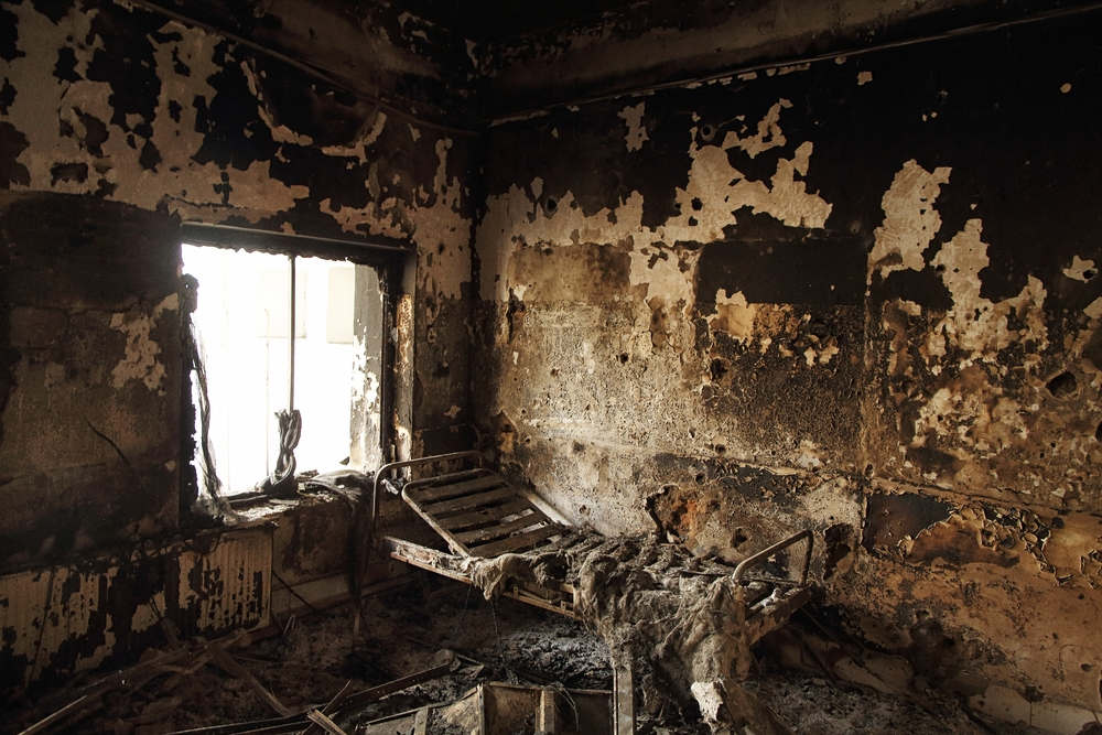 국경없는의사회 쿤두즈 병원 내부, 외래병동의 병실 안에 불에탄 침대의 프레임만 남아있다. ⓒAndrew Quilty/Oculi