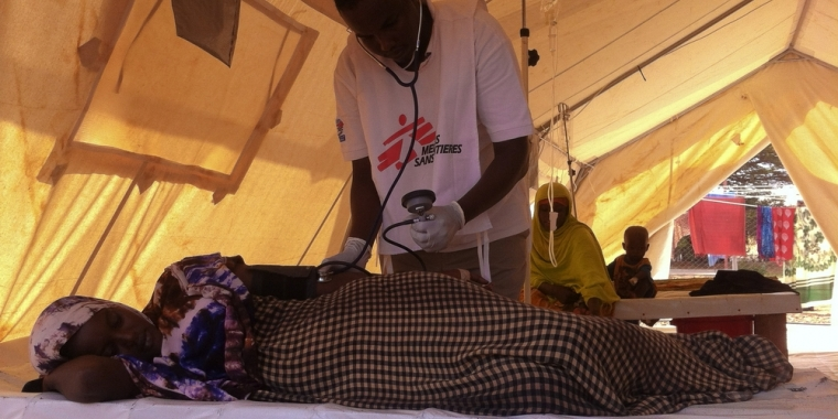 다다브 캠프 단지 내 다가할레이 캠프에서 콜레라 환자를 치료하고 있는 국경없는의사회 직원 ⓒMSF