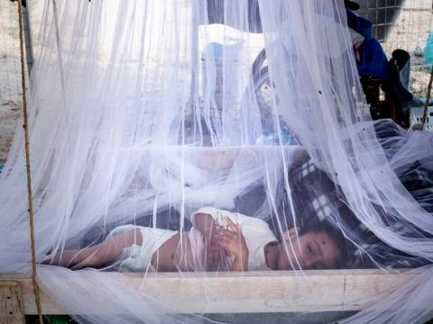 말라리아를 치료 중인 아이