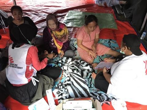 2018년 12월 25일, 국경없는의사회 팀이 카리타의 이재민 쉼터를 방문했다. ⓒMUHAMMAD SURYANDI/MSF