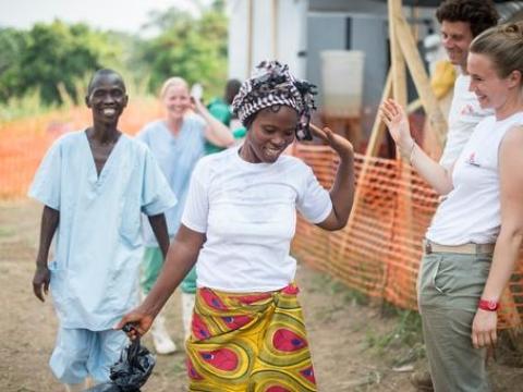 2014년 4월 19일 기니 게케두의 에볼라 치료센터. 에볼라를 이기고 에볼라 치료센터를 나서는 생존자와 환송하는 직원들의 모습 ⓒSylvain Cherkaoui/Cosmos