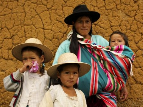 샤가스 검사 결과를 확인하러 온 가족과 함께 온 환자. 2011년 볼리비아 아이퀼레. 사진 출처: Vania Alves/MSF