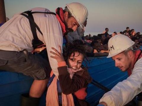 약 350명을 태운 나무보트에서 디그니티 1호로 구조되고 있는 여성. ⓒNicolás Castellano/SER