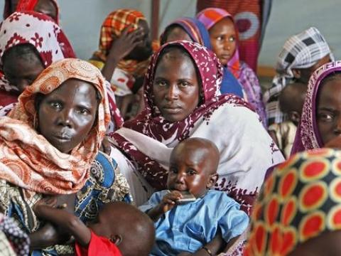 차드 가마(Gama)의 이동식 치료식 센터에서 국경없는의사회 직원이 영양실조 검사를 실시하는 동안, 아이들의 체중을 재도록 하기 위해 기다리는 어머니들 ⓒ Tiziana Cauli