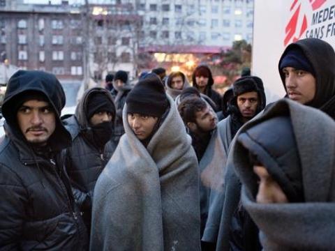 세르비아 벨그레이드의 임시 난민캠프에 위치한 국경없는의사회 이동 진료소 밖에 줄을 선 난민과 이주민들 ⓒ Alessandro Penso
