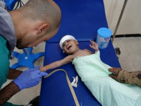 """이라크: """"아이들을 마당에 묻었습니다"""" – 모술 서부에서 전쟁 부상을 입고 국경없는의사회 치료를 받는 많은 여성과 아동"""