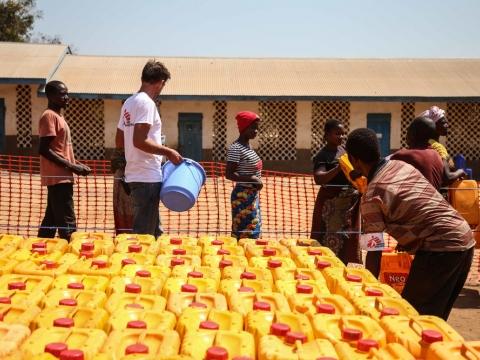 콩고민주공화국: 과밀한 환경과 식수위생 여건 부족으로 위기에 처한 칼레미 사람들