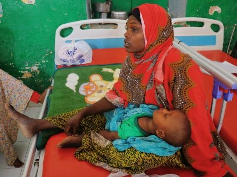 소말리아 갈카요 무두그 지역병원에서 8개월 아들 빌랄을 안고 있는 콰사르 이브라힘 오스만. 빌랄은 설사와 영양실조로 입원치료를 받았다. © Abdalle Mumin/국경없는의사회