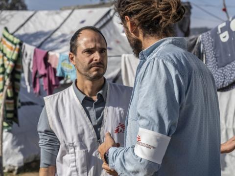 크리스토스 크리스토우(Christos Christou) 국경없는의사회 국제 회장이 그리스 레스보스섬을 방문해 망명신청자의 실태에 대해 듣고 있다