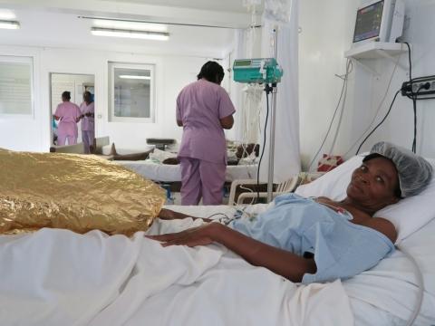 국경없는의사회 병원에 입원한 환자 알리스 클라우틸드(Alix Clautild).포르토프랭스에서 총격을 당해 다리에 부상을 입었다. ©국경없는의사회/Caroline Frechard