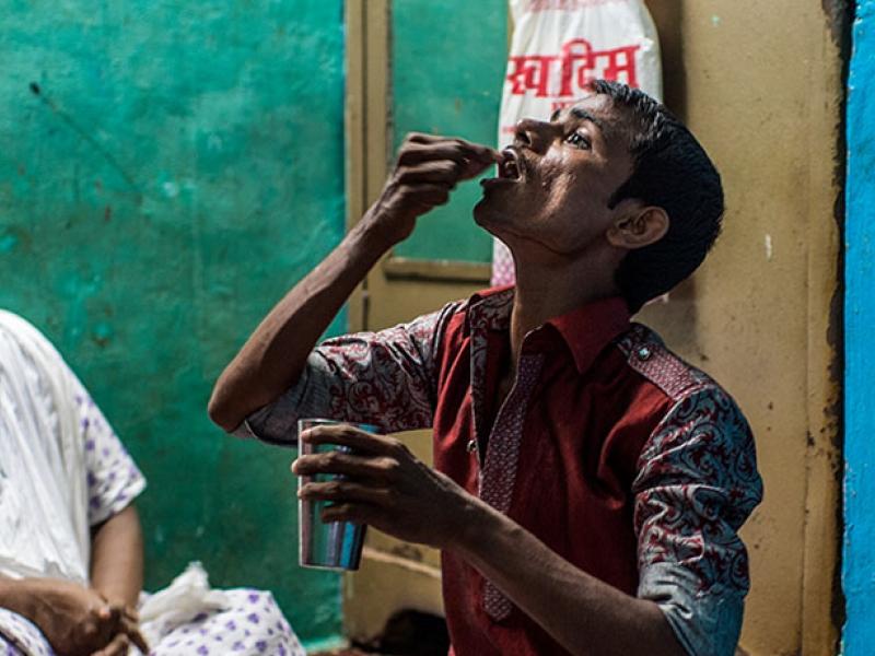 인도 뭄바이에 거주하고 있는 하니프(25세)가 결핵 약을 먹고 있다.