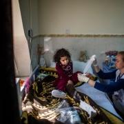 모술 남부에 위치한 국경없는의사회 수술 후 치료 병원에서 국경없는의사회 직원이 어린 환자를 살피고 있다.  ⓒ Diego Ibarra Sánchez/MEMO
