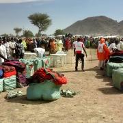풀카 임시 캠프에서 담요를 받고 있는 피난민들 ⓒMSF