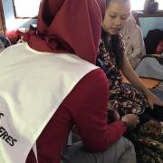 카리타 보건소의 연락을 받고 이재민 쉼터를 방문한 국경없는의사회 조산사가 임산부의 상태를 살펴보고 있다. ⓒCici Riesmasari/MSF