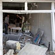 2016년 4월 28일. 공습이 일어난 알 쿠드스 병원을 살펴보고 있는 시리아인들 ⓒKaram Al-Masri/AFP