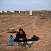 저녁 식사에 쓸 가지를 다듬는 할머니 옆에 앉아 있는 시리아 난민 아동. 이들이 앉아 있는 곳은 시리아 국경에서 가까운 요르단 마프라크 외곽에 위치한 임시 텐트촌 밖이다. ⓒHH