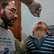 알레포 동부의 국경없는의사회 지원 병원에서 아동을 치료하고 있는 후세인 박사