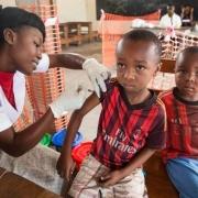 콩고민주공화국 수도 킨샤사에서 예방접종을 받고 있는 아동.