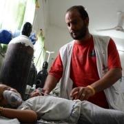 2016년 6월, 아브스 병원에서 국경없는의사회 간호사가 심각한 탈수 증세가 나타나는 어린 환자를 살펴보고 있다.ⓒMohammed Sanabani/MSF