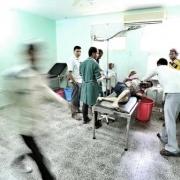 예멘 알-달리 주(州)에 위치한 알-나스르 병원 응급실에서 국경없는의사회 의료팀이 환자에게 의료 지원을 하고 있다. 환자는 도로에서 교통사고로 부상을 입었다. ⓒMohammed Sanabani/MSF