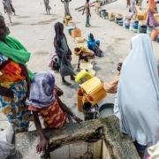 나이지리아 북동부 은갈라에는 피난민 8만 명이 외부 세계와 차단된 채 캠프에서 지내고 있다. 캠프에 있는 사람들은 하루 평균 1인당 0.5리터 미만의 물을 얻는다고 전했다. ⓒSilas Adamou Moussa/MSF