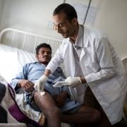 간호사가 사기르 압달라의 상처 처치를 준비하고 있다. ⓒ Florian SERIEX/MSF