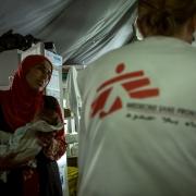 영양실조 치료식 센터 직원에게 아이 상태에 대해 묻는 어머니 ⓒHussein Amri/MSF