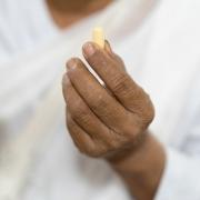 2017년 4월 21일, 캄보디아 프놈펜, 쁘레아 꼬사막 병원 안에 위치한 국경없는의사회 C형 간염 진료소에서 한 환자가 약을 들고 있다. ⓒTodd Brown